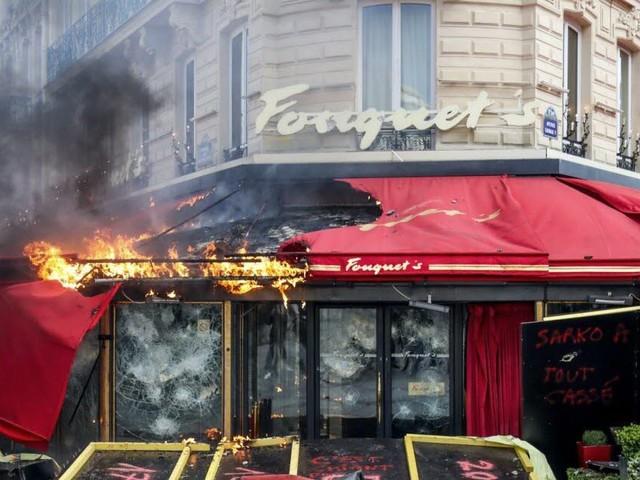 Fourchettes et tabouret volés au Fouquet's: un mois avec sursis
