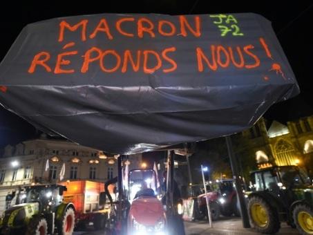 """""""Macron, réponds-nous"""": les agriculteurs affichent leur malaise devant les préfectures"""