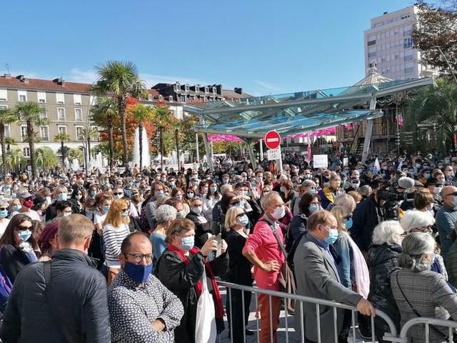 Enseignant assassiné dans les Yvelines : 2 000 personnes lui rendent hommage à Pau, 500 à Tarbes