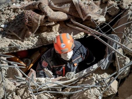 Turquie: les secouristes à la recherche de survivants après le séisme