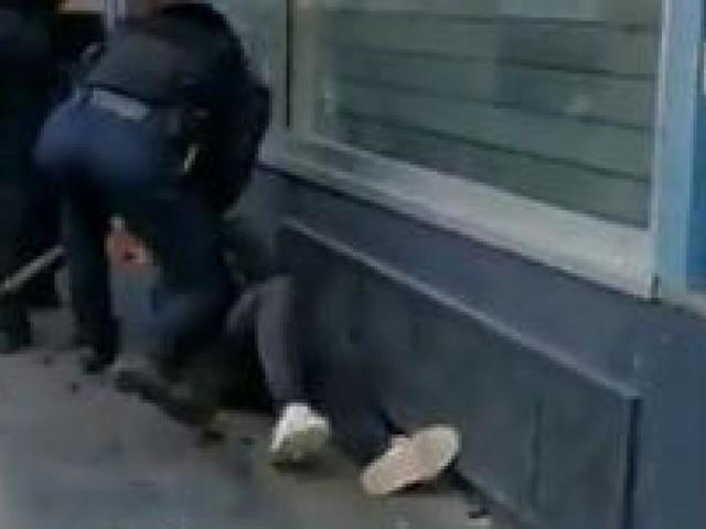 Vidéo d'un manifestant frappé au sol par un policier lors de la manifestation des «Gilets jaunes» à Paris: une enquête judiciaire ouverte