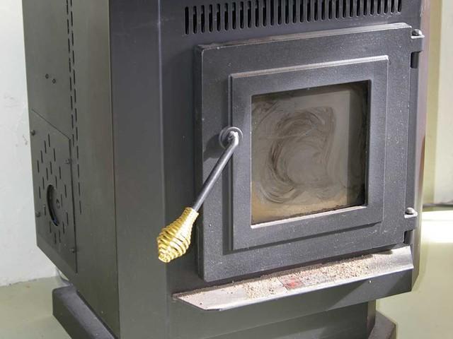 Comment garder la vitre de votre poêle à granulés propre?