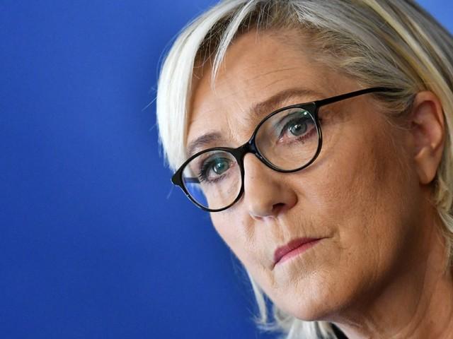 """Pour Marine Le Pen, Emmanuel Macron """"recule pour mieux sauter"""""""