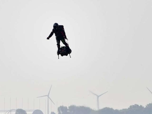 """L'""""homme volant"""" Franky Zapata échoue dans sa tentative de traversée de la Manche en """"Flyboard"""""""