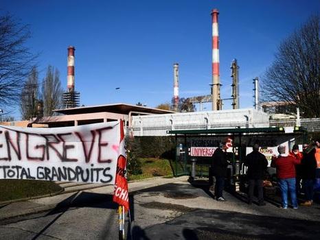 """""""Sept raffineries sur huit"""" sont en grève à partir de ce mardi, selon la CGT"""