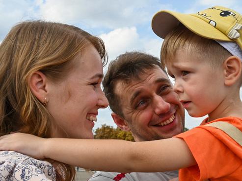 Scènes de joie en Ukraine et en Russie: un échange de prisonniers inédit permet à des familles de se retrouver