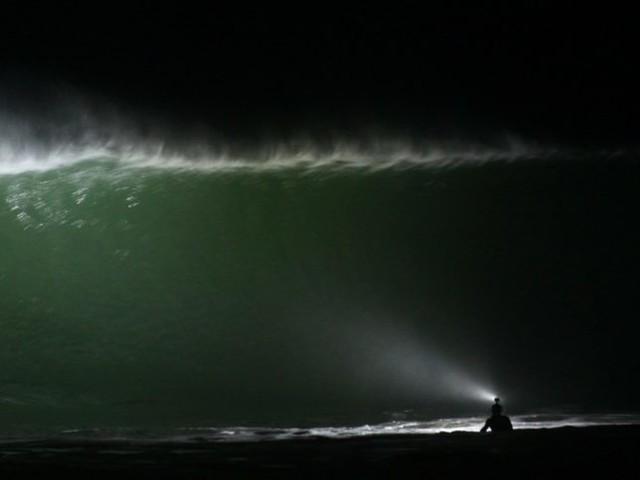 Lannion. Leur lampe frontale permet de surfer la nuit