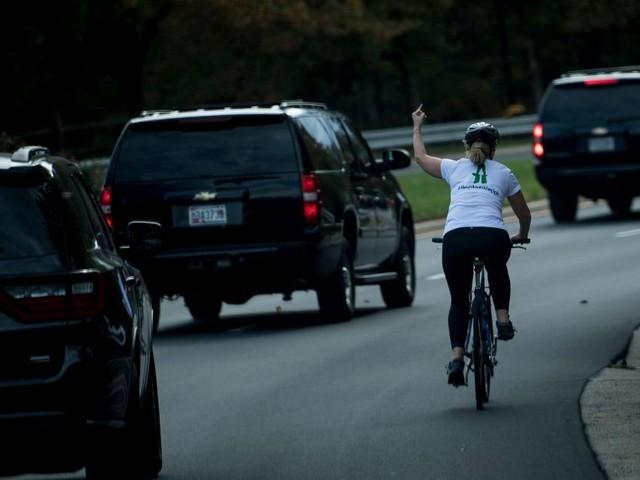 Etats-Unis: la cycliste qui avait fait un doigt d'honneur à Trump remporte une élection