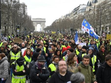 """Les """"gilets jaunes"""" lancent samedi un """"ultimatum"""" à Emmanuel Macron"""