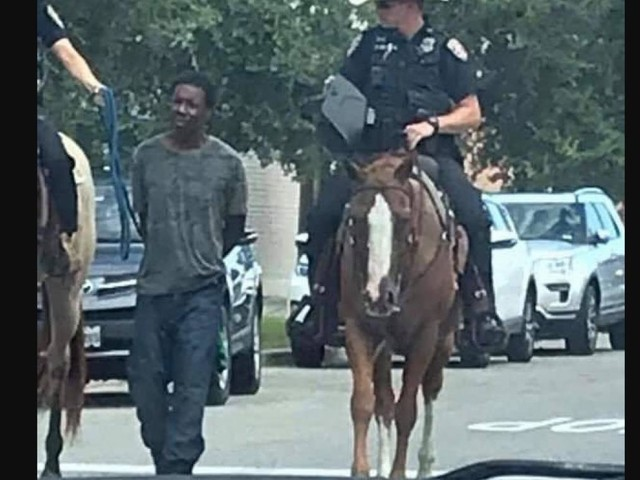 Au Texas, des policiers à cheval tirent un homme noir avec une corde