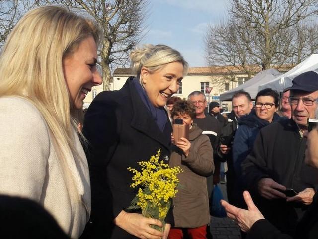 """Municipales : opération séduction de Marine Le Pen en Gironde, elle veut soutenir """"au-delà des candidats RN"""""""