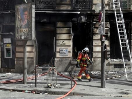 """""""Gilets jaunes"""" : """"important incendie"""" près des Champs-Elysées, 11 blessés légers"""
