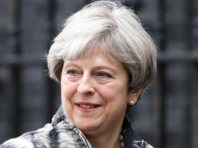 Brexit : Theresa May tente de rassurer les conservateurs (VIDÉO)