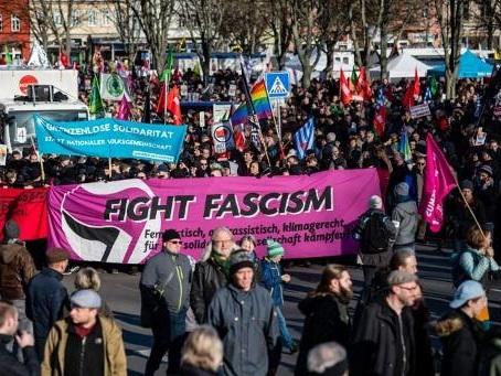 """Alllemagne: milliers de manifestants contre les """"pactes"""" électoraux avec l'extrême droite"""