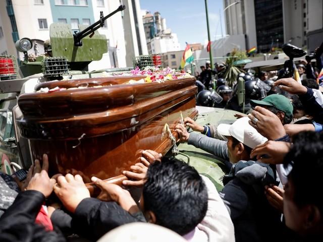 Bolivie: Des pro-Morales défilent avec les cercueils de manifestants tués