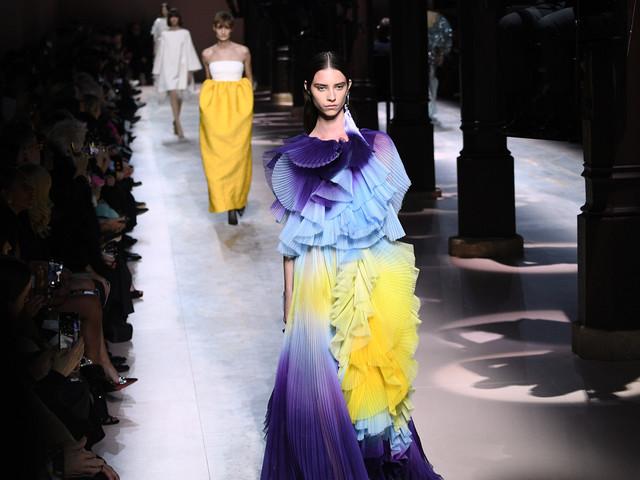 Haute couture: les femmes fleurs Givenchy dans un couvent médiéval