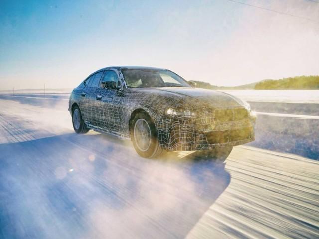 BMW i4 : 600 km d'autonomie et 100 km rechargés en 6 minutes pour le futur coupé électrique