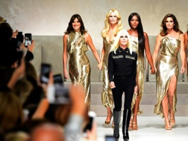 Mode à Milan: Versace s'assure la vedette avec un défilé hautement glamour
