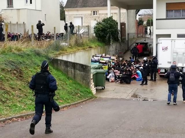 Mantes-la-Jolie : la vidéo de l'arrestation de lycéens, à genoux et mains sur la tête, suscite la polémique