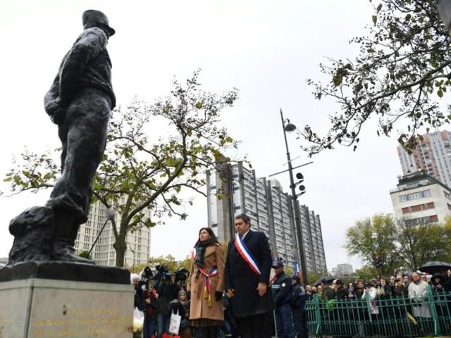 Hommage républicain devant la stèle dégradée du maréchal Juin à Paris