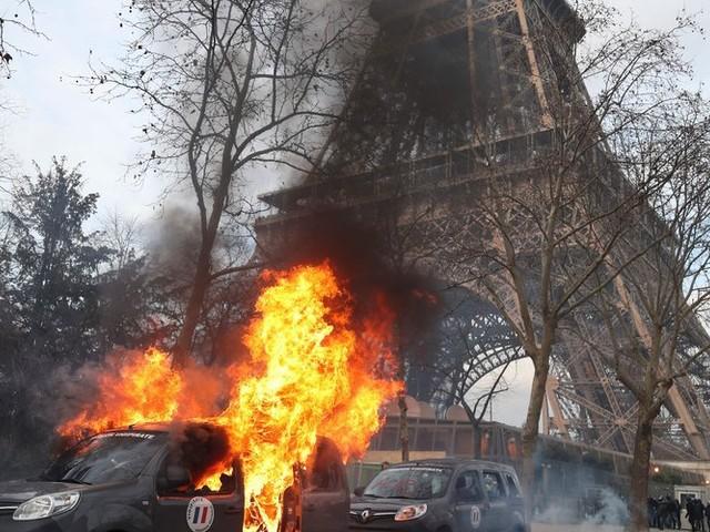 Gilets jaunes: l'incroyable parcours d'un casseur parisien sous les yeux des policiers