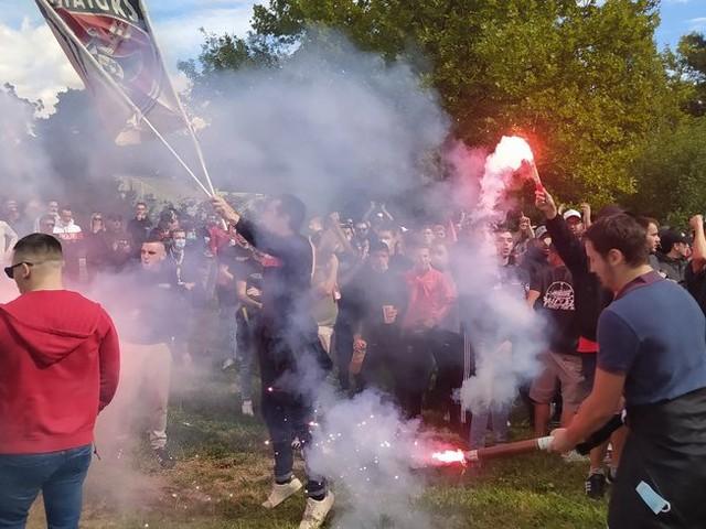 Rassemblement des supporters du Nîmes Olympique samedi à l'aéroport