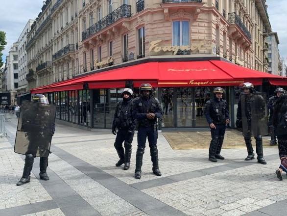 Deux Gilets jaunes condamnés à de la prison pour le vol de 5 fourchettes et d'un pouf au Fouquet's