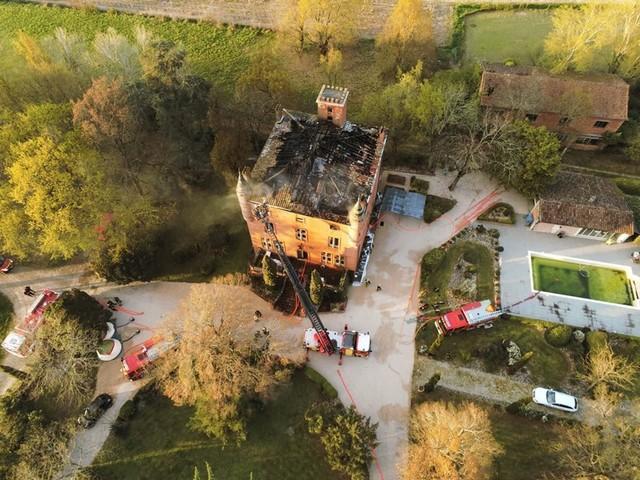 En IMAGES. L'intervention délicate des pompiers sur l'incendie d'un château près de Toulouse