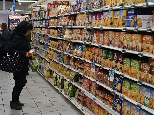 Isère : un SDF se cache toute la nuit dans un hypermarché pour manger et dormir