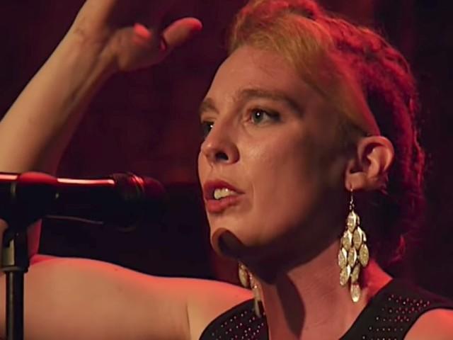 La chanteuse Barbara Weldens meurt en plein concert, possiblement d'une électrocution