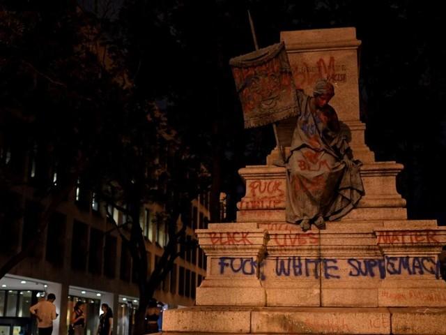 """EN DIRECT - """"Black Lives Matter"""" : des manifestants abattent la seule statue d'un général confédéré à Washington"""