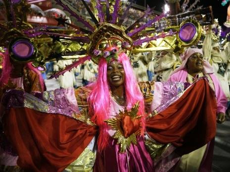 Dernière nuit du carnaval de Rio, Bolsonaro épinglé par la samba
