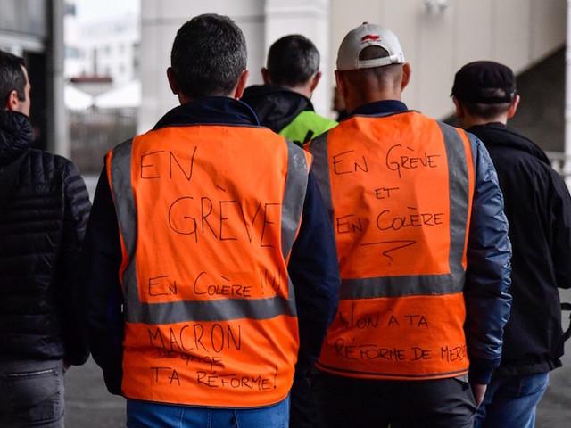 Convergence des grèves : à Paris-Gare-de-Lyon, des profs se mêlent aux AG de cheminots