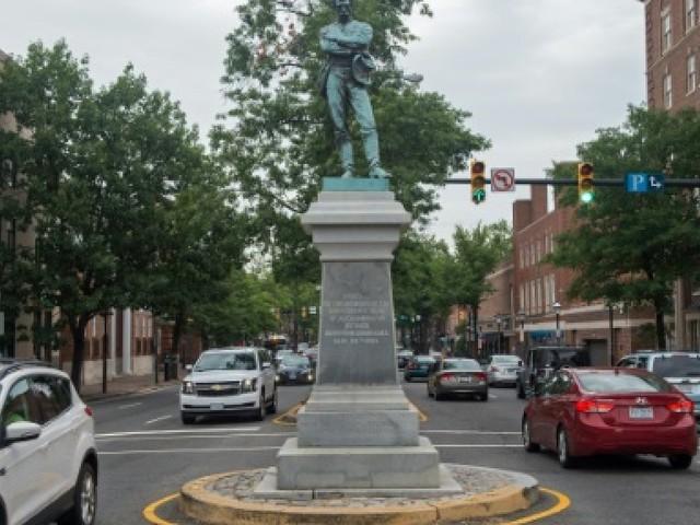Après Charlottesville, la pression enfle autour des monuments confédérés