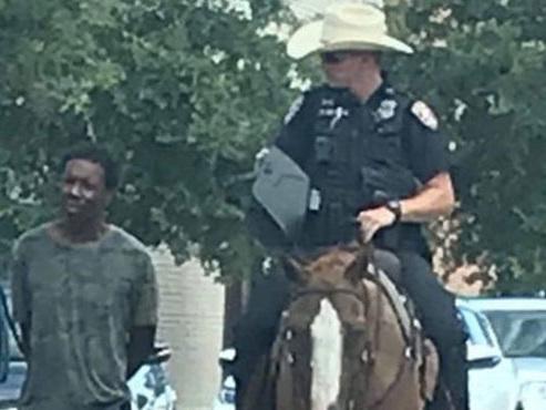 Scandale aux Etats-Unis après la publication d'une photo montrant des policiers à cheval mener un homme noir avec une corde