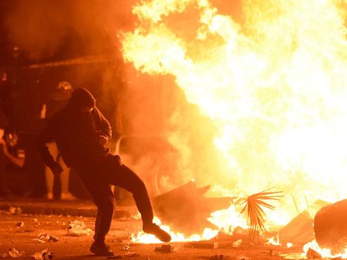 Barcelone plongée dans le chaos: les images de VIOLENTES scènes de pillages et d'émeutes