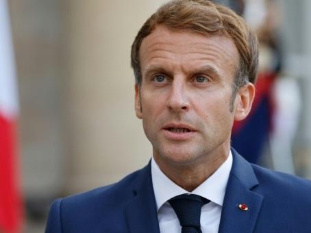 """Macron reçoit des Harkis pour """"apaiser"""" les mémoires"""