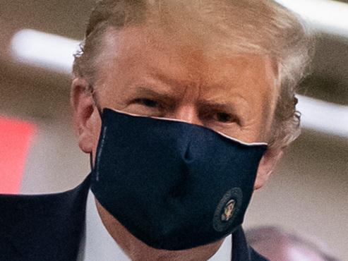"""""""Je n'ai jamais été contre"""": pour la première fois, Trump porte le masque en public (vidéo)"""