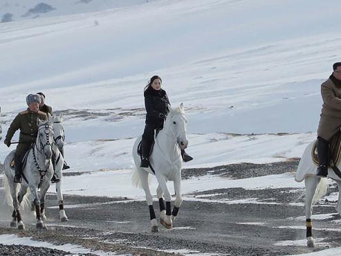 Kim Jong Un chevauchant son cheval blanc dans la neige: des photos énigmatiques publiées par Pyongyang