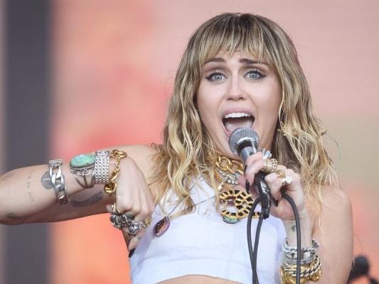 """""""Vous passez pour une garce sans coeur"""" : Miley Cyrus s'explique sur son choix de ne pas avoir d'enfants"""