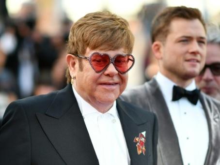 Elton John sans noeud pap mais du strass sur les marches à Cannes