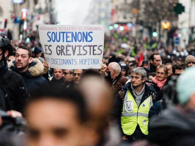 """""""On est là pour l'honneur des travailleurs"""" : quand la manifestation contre la réforme des retraites prend des airs de mobilisation gilet jaune"""