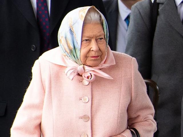 La reine Elizabeth II surprise au volant de sa Range Rover sans ceinture