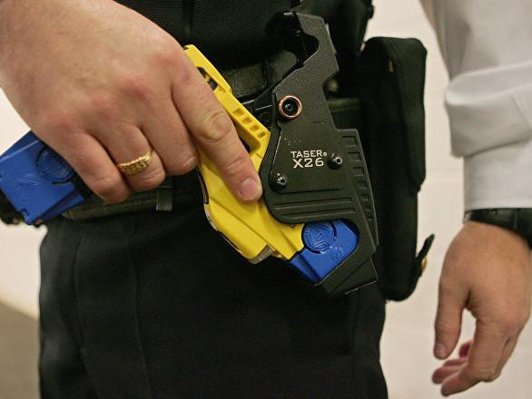 Des policiers US «tasent» un père avec son bébé dans les bras – vidéo