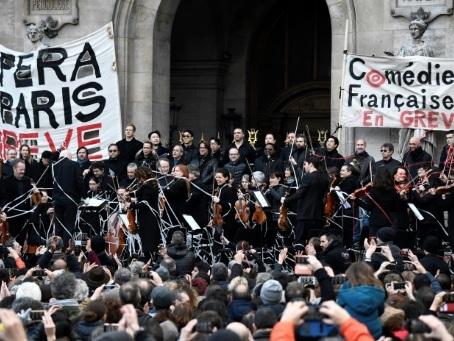 Sur les marches du Palais Garnier, un concert contre la réforme des retraites