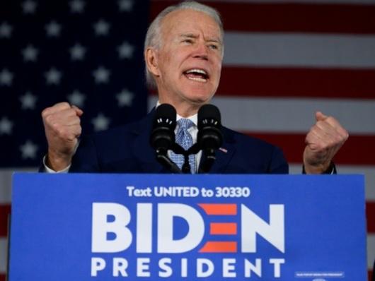 """Les bonnes nouvelles s'enchaînent pour Biden avant le """"Super Tuesday"""""""