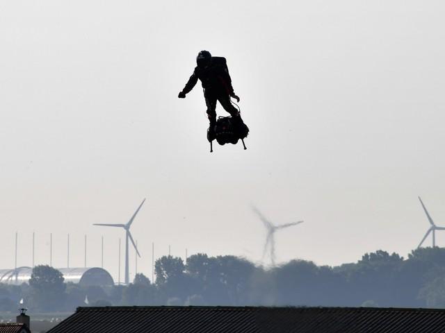"""VIDÉO - Franky Zapata traverse à nouveau la Manche : suivez """"l'homme volant"""" en direct"""