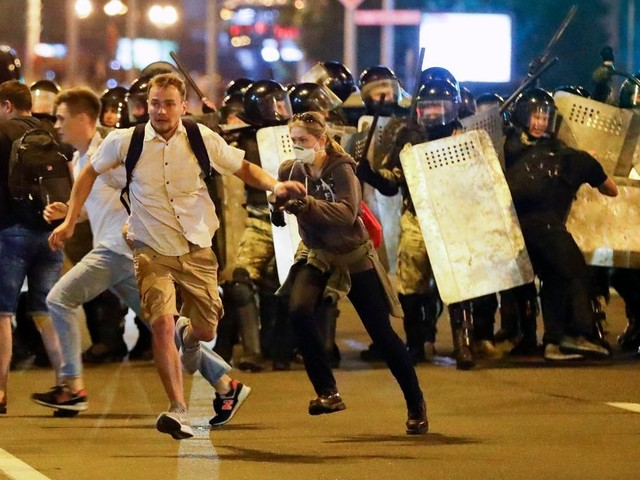 Après la présidentielle au Bélarus, des heurts opposent manifestants et forces de l'ordre