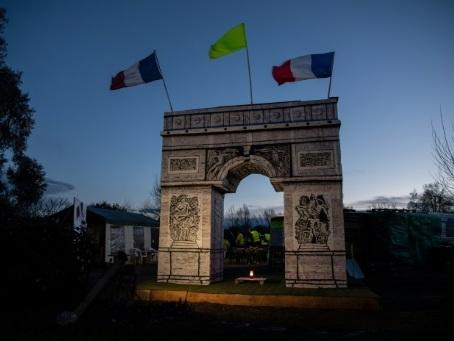 """Sous un Arc de Triomphe maison, des """"gilets jaunes"""" font le pari de la """"victoire"""""""