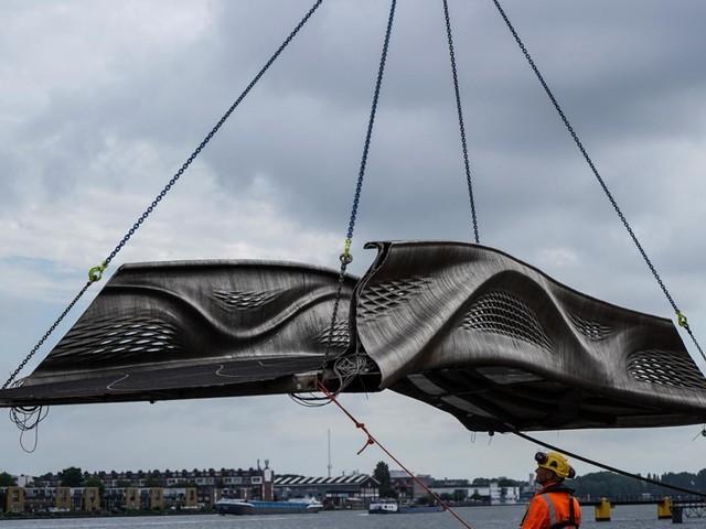 Le premier pont en acier imprimé en 3D s'installe à Amsterdam